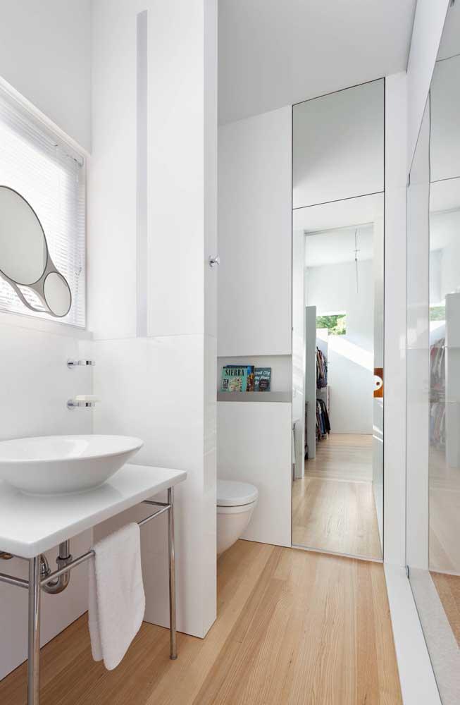 Nicho de parede para banheiro branco: opção clean e moderna para o ambiente