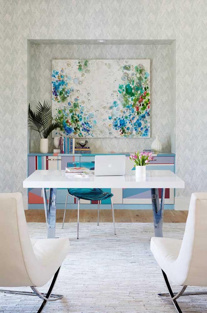 Nicho de parede grande para sala de jantar; dentro dele, o buffet e uma bela tela decorativa