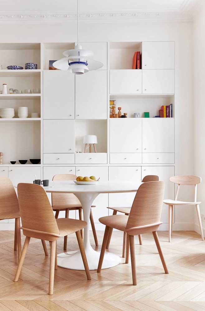 Nichos junto ao armário da sala de jantar; uma composição que mescla espaços abertos e fechados