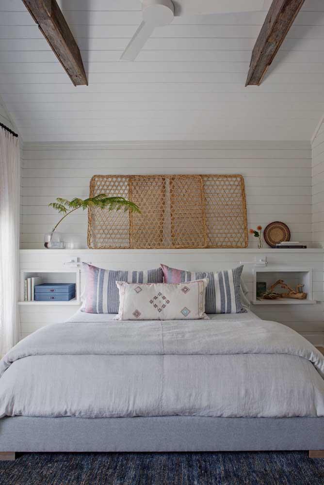 Para quartos pequenos, uma das melhores soluções são os nichos de parede embutidos: práticos, bonitos e funcionais