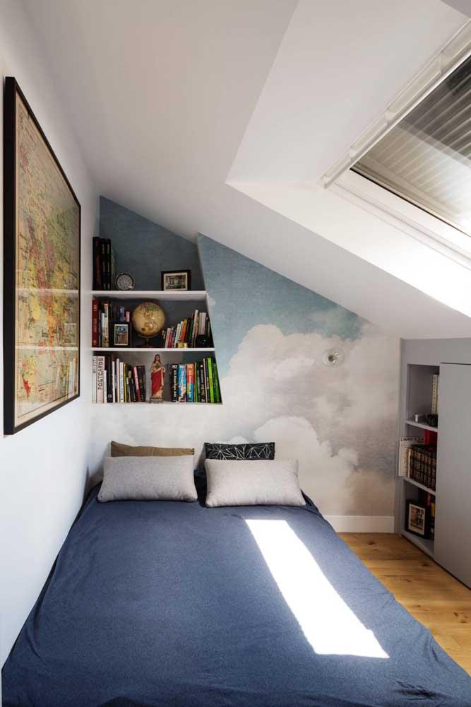 Aqui, o nicho de parede acompanha o formato diagonal da parede
