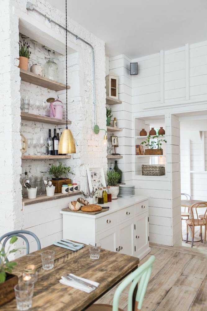 Nicho de parede rústico feito com tijolinhos de demolição; o visual ficou ainda melhor com as prateleiras de madeira