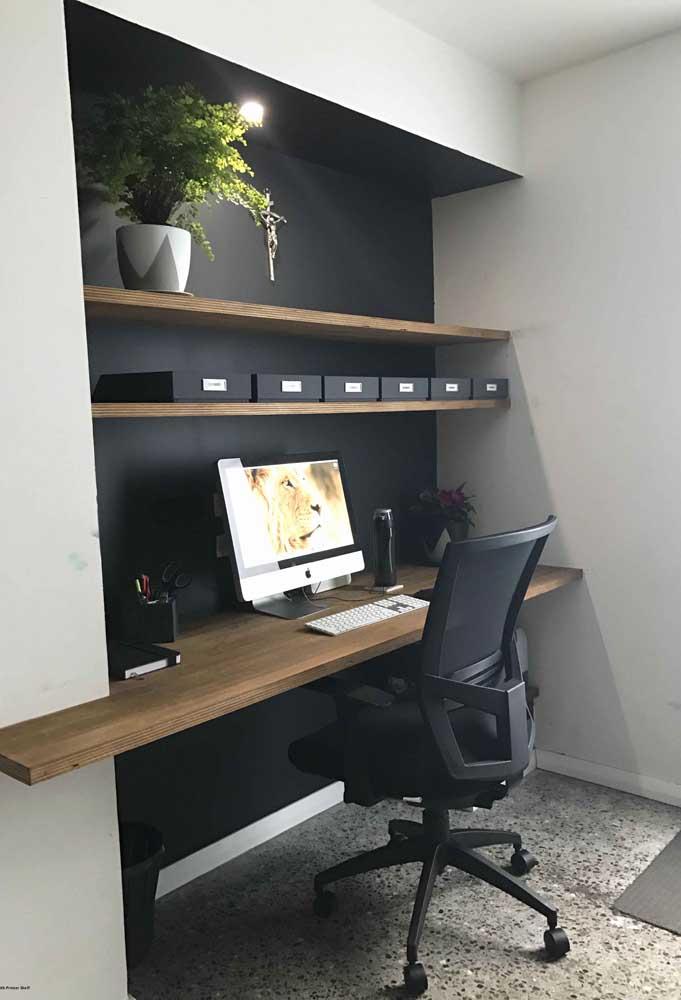 No home office, o nicho embutido abraça a escrivaninha e as prateleiras