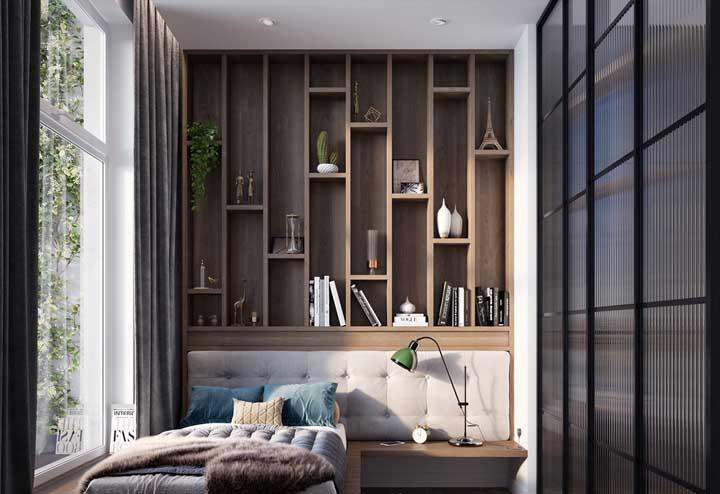 Nesse quarto, a cabeceira da cama acaba onde começam os nichos retangulares de parede