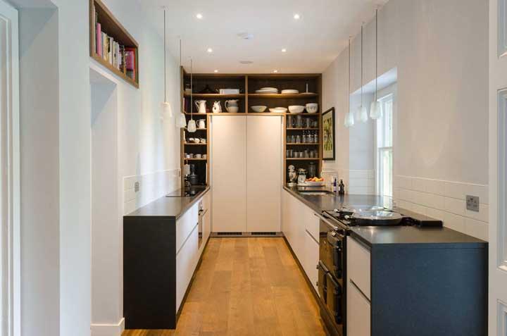 As louças mais bonitas da sua cozinha podem ficar expostas no nicho, o que acha?