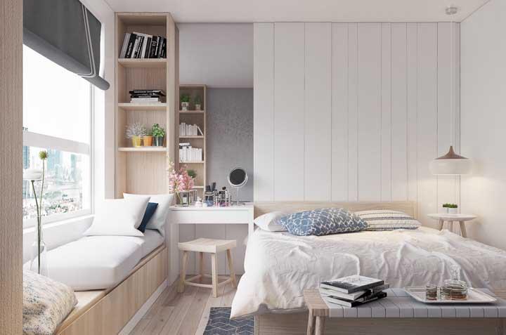 Nesse quarto, os nichos dão continuidade ao sofá