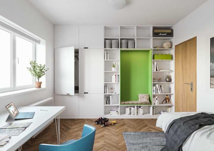 Anote essa dica: escolha uma cor vibrante para um dos nichos e deixe os demais em cores neutras