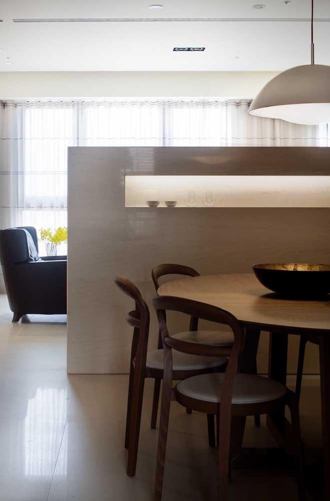 Aqui, o nicho de parede funciona como uma divisória entre a sala de estar e a sala de jantar