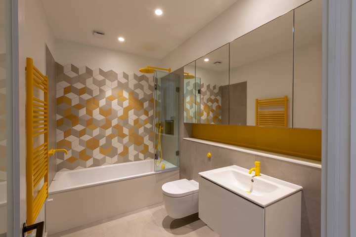 Nesse banheiro, o nicho corta toda a parede no sentido horizontal