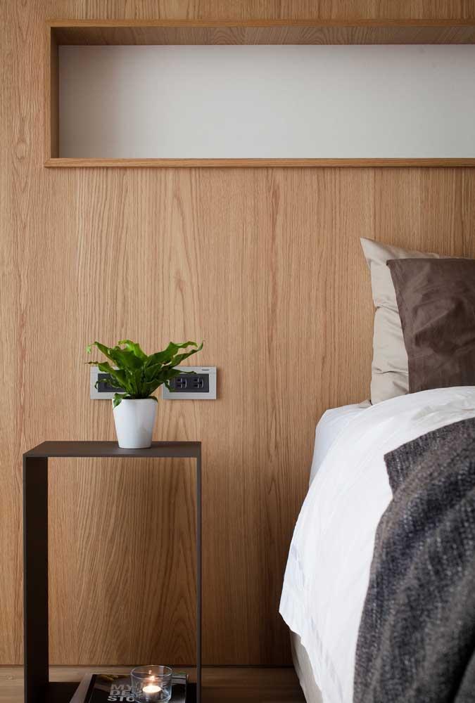 Nicho de parede feito em madeira sobre a cama: deixe tudo sempre à mão