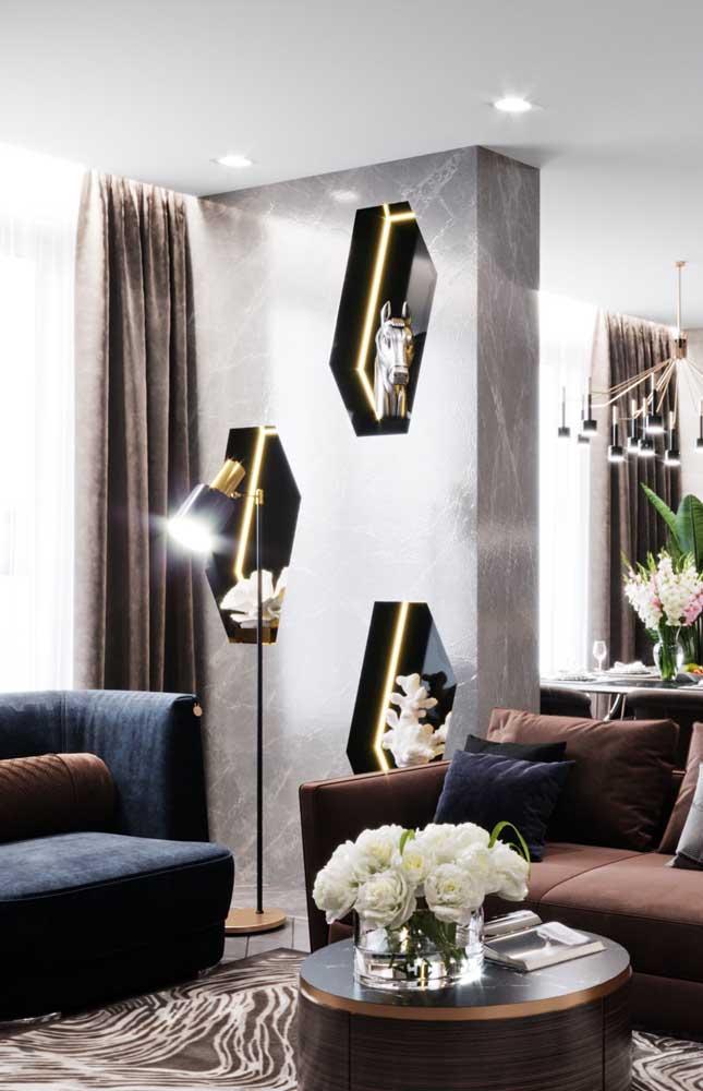 Nichos em formatos irregulares marcam essa sala de estar