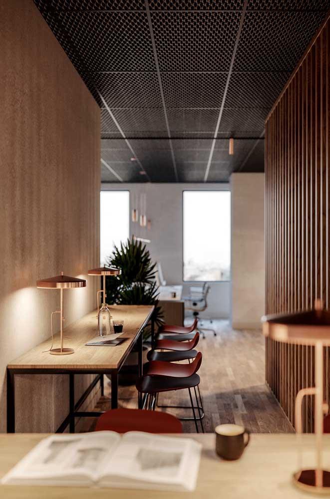 Mesa de parede de madeira com base em metal: perfeita para trabalho e estudo; as banquetas, além de lindas, garantem a completa funcionalidade do móvel