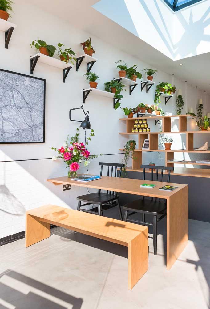 Mesa de parede com banco: solução mais do que bem vinda para pequenos espaços