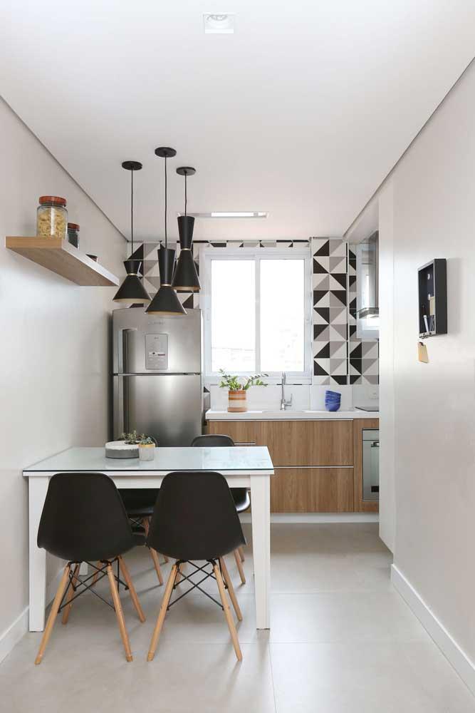 Essa pequena e simples mesa de parede em MDF branco cumpre sua função muito bem e ainda dá um toque de charme ao ambiente em conjunto com as cadeiras Eames