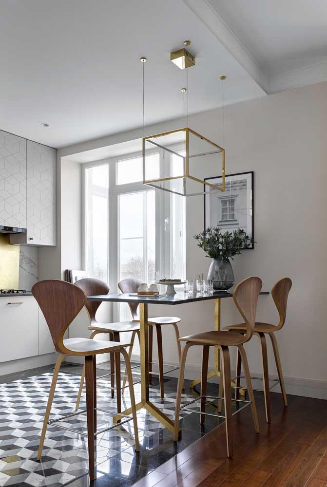Mais alta, essa mesa de parede de vidro pede por banquetas