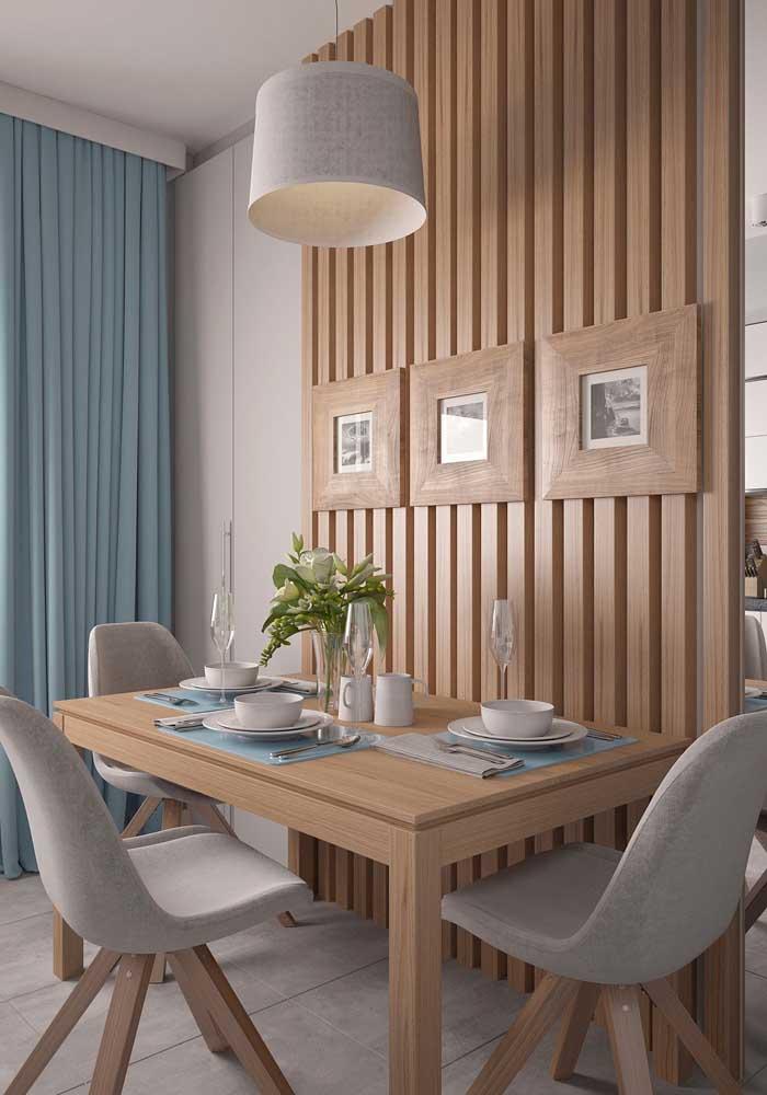Mesa de parede combinando com o revestimento amadeirado da parede