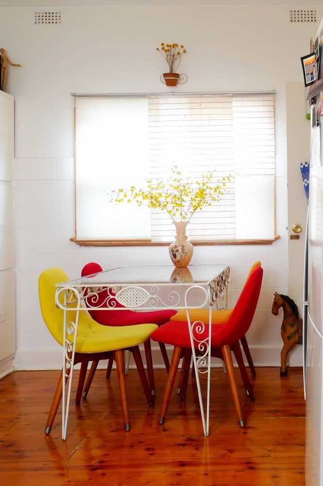 Mesa de parede com tampo de vidro e pés de ferro: mix de materiais e estilos no mesmo móvel