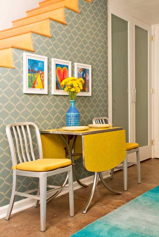 Para o corredor, uma pequena mesa dobrável e extensível