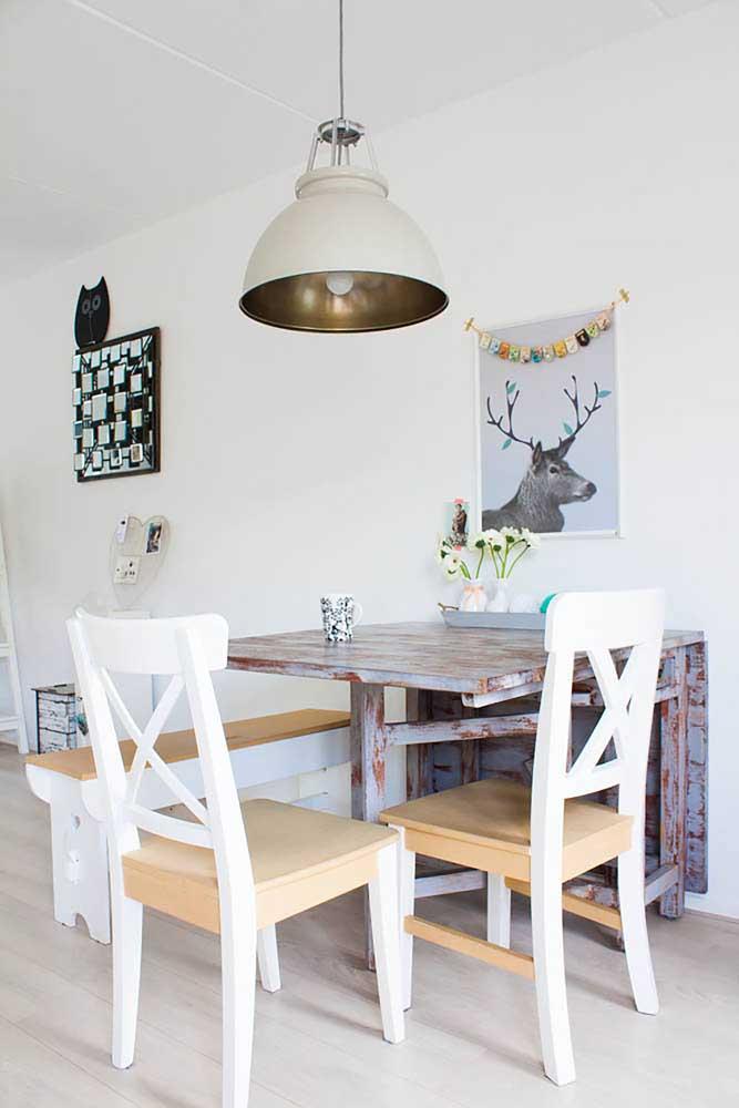 O acabamento em pátina da mesa de parede reforçou o estilo shabby chic da decoração