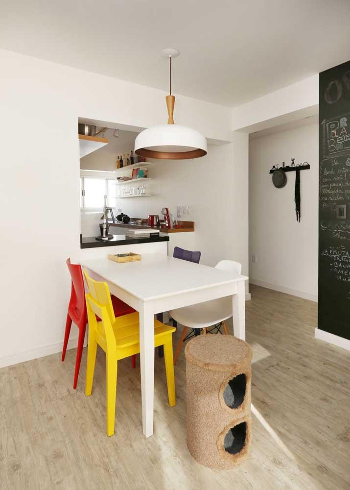 Esse modelo de mesa é apenas encostado na parede; repare que o formato retangular é importante para ocupar menos espaço