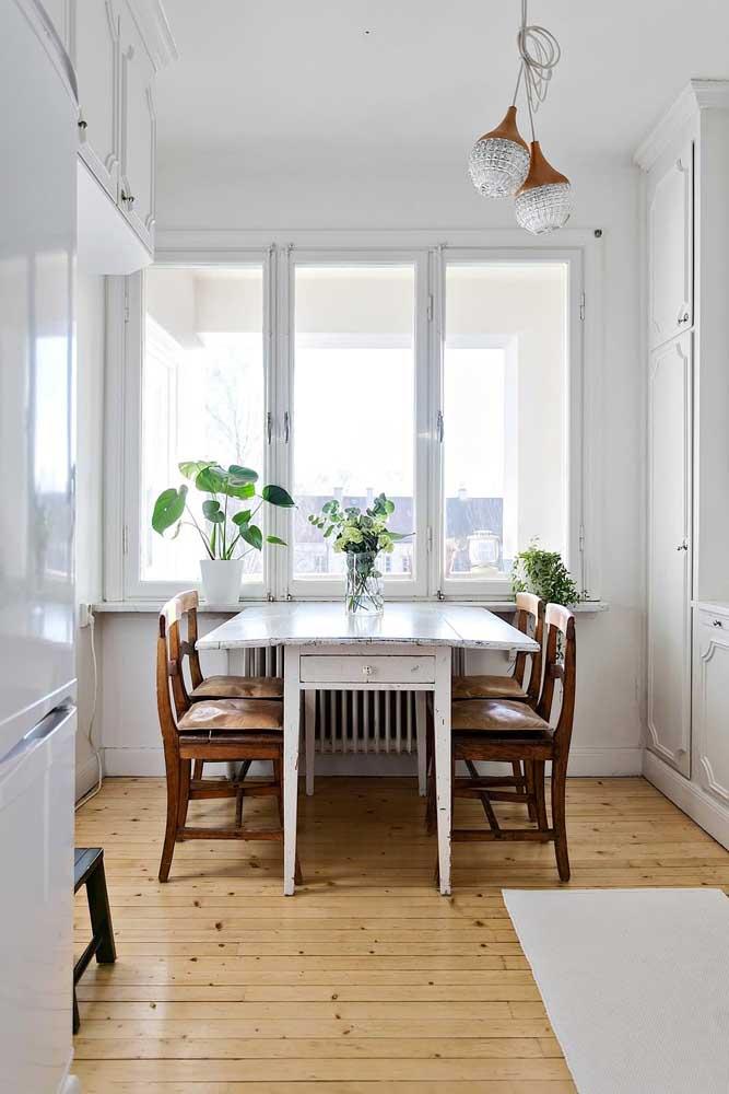 Junto à janela, a mesa de parede extensível acomoda com tranquilidade os quatro lugares