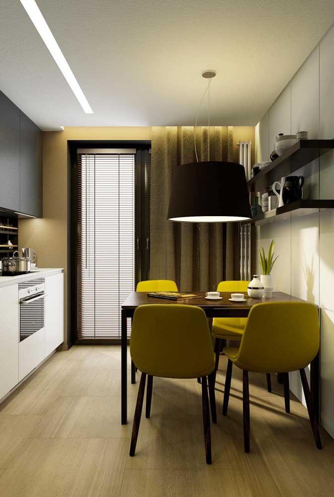 A mesa de parede também pode contar com uma luminária especial sobre ela