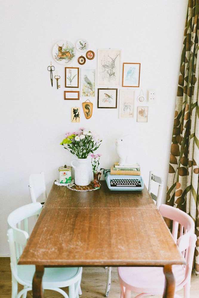 A ideia aqui é aproveitar o canto da mesa encostado à parede para acomodar objetos decorativos e de uso cotidiano