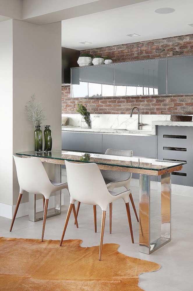 Aquela abertura entre os ambientes que ficou vazia pode ser aproveitada com uma mesa de parede, que tal?