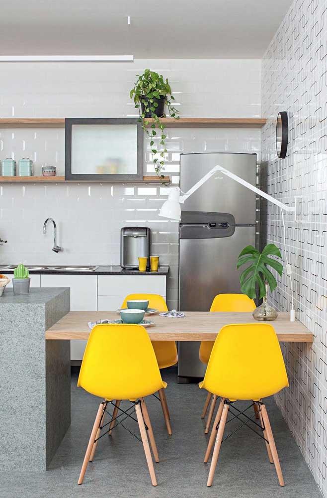 Ao invés de um balcão, uma mesa de parede para dividir os ambientes