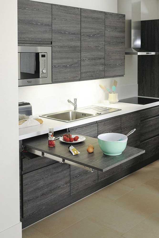 Mesa retrátil que se encaixa para dentro do armário: ótima opção para auxiliar no preparo dos alimentos