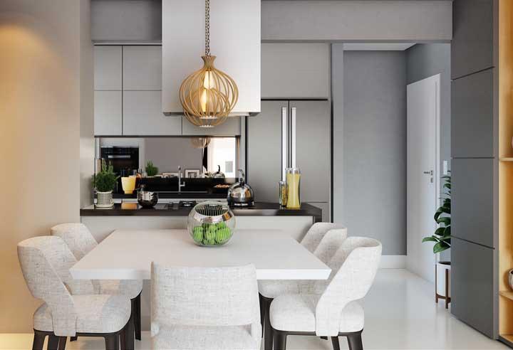 Valorize a mesa de parede com cadeiras bonitas e confortáveis