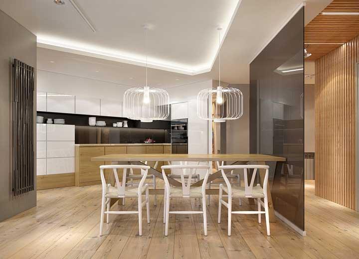 Parede de vidro e mesa de madeira: uma combinação diferente e que deu certo