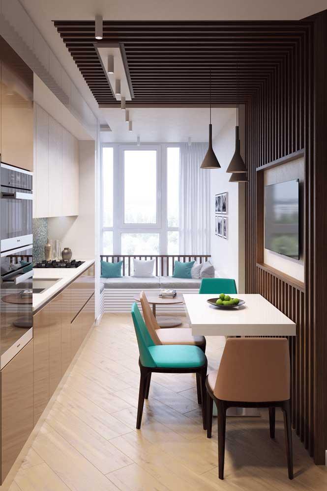 A cozinha corredor ganhou uma mesa de parede bem estreita, mas muito útil e decorativa