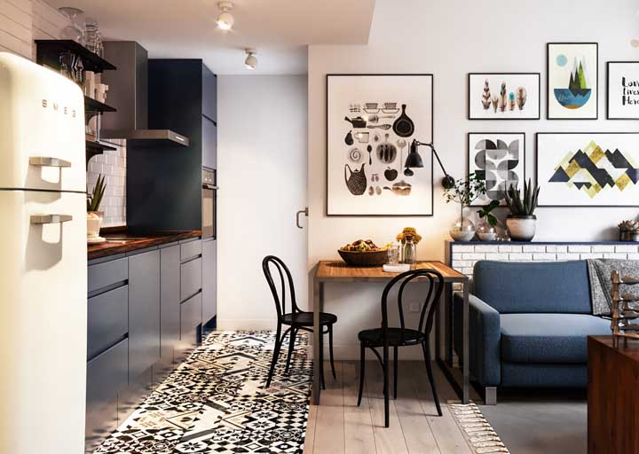 Pequena, funcional e perfeitamente encaixada no único espaço disponível entre a sala de estar e a cozinha
