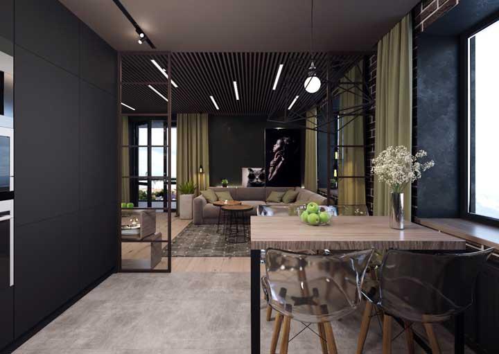 Nessa sala de jantar, a mesa de parede ocupa exatamente a metade do corredor, deixando o restante do espaço totalmente livre para circulação