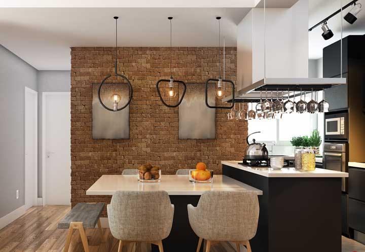 A mesa de parede pode ser usada e decorada como qualquer outra mesa, a única coisa que muda é o espaço ocupado por ela