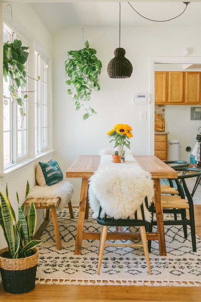 Essa mesa de parede ganhou a companhia de cadeiras e um banco; quando a mesa não está sendo utilizada, o banco vai parar embaixo dela