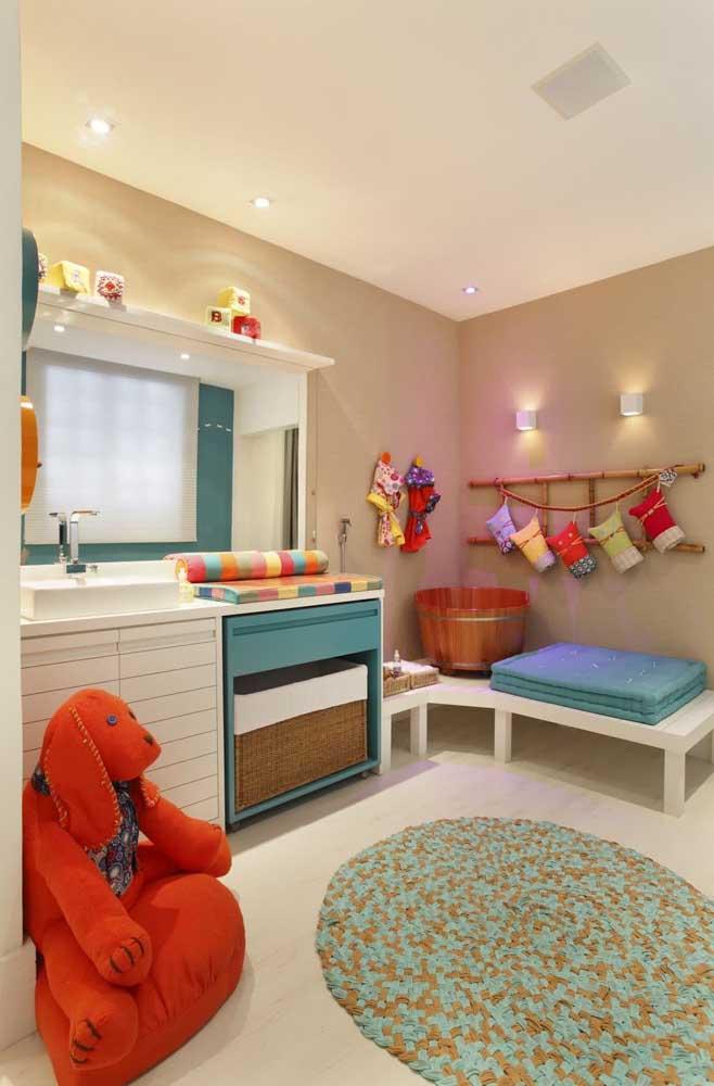 Cômoda grande para bebê com espaço para cesto de roupas sujas