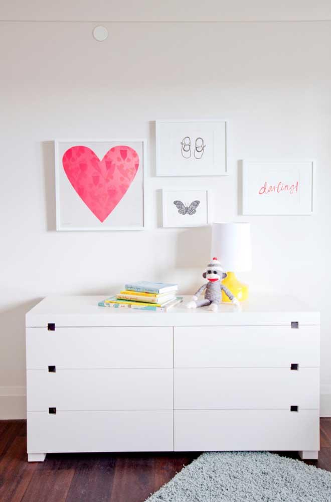 Puxadores como o dessa cômoda são os mais indicados para quartos de bebê