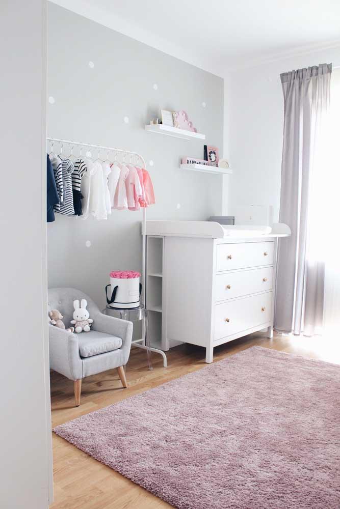 Cômoda para quarto de bebê branca com nichos na parte de trás; o closet aberto completa o visual do ambiente