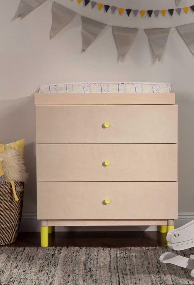 Compre uma cômoda simples e adicione detalhes que façam a diferença, como os puxadores e os pés