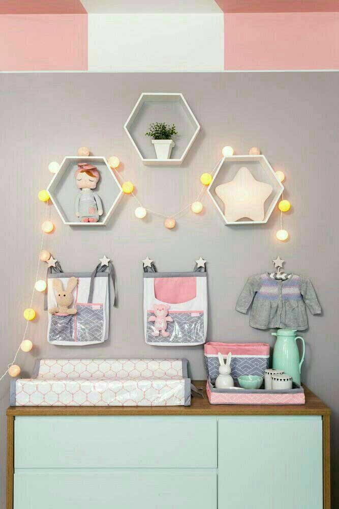 Cômoda para bebê com espaço para trocador e kit higiene