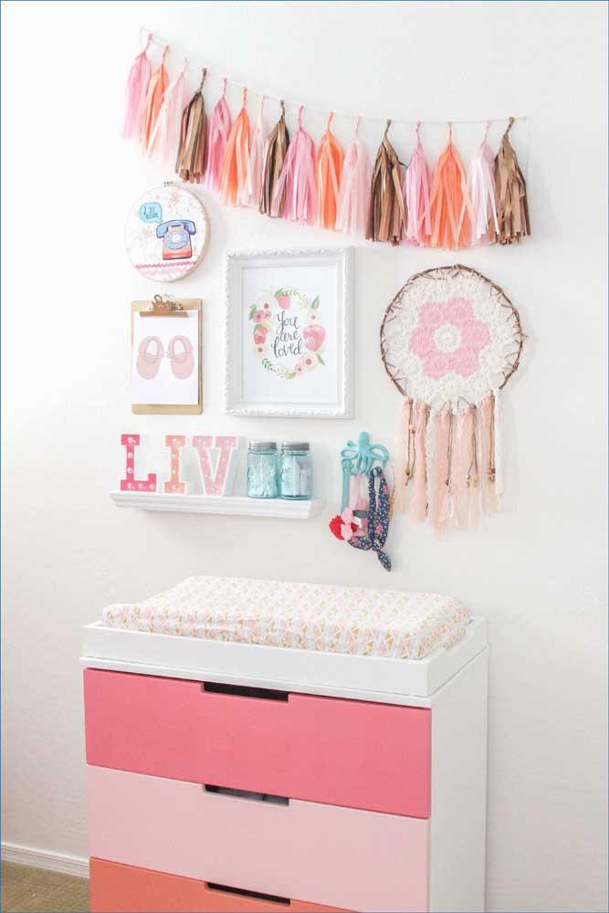 Nesse quarto de bebê menina, a cômoda segue um delicado degradê de tons de rosa