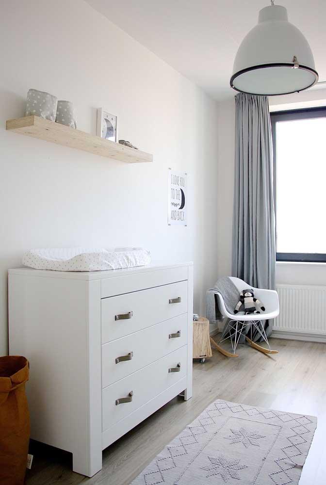 Cômoda branca para quarto de bebê e puxadores em tira de couro para combinar com a proposta moderna de decoração