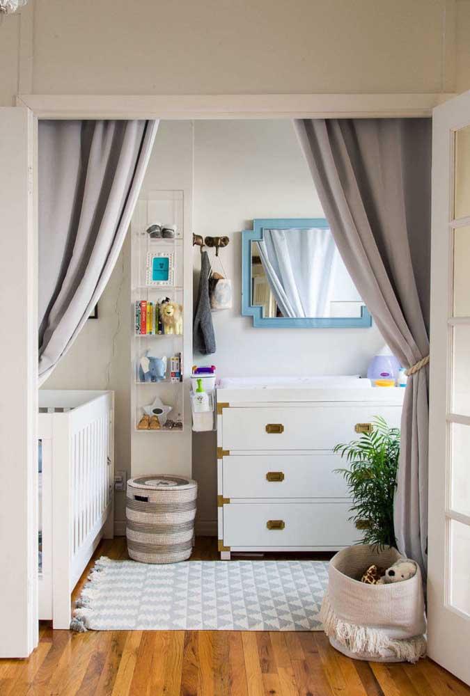 Detalhes em dourado para diferenciar a cômoda no quarto do bebê