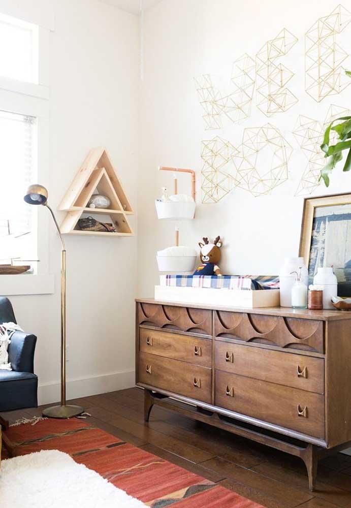 A cômoda para o quarto do bebê nem sempre precisa ter aquele jeito infantil; essa aqui, por exemplo, surpreende pelo design marcante