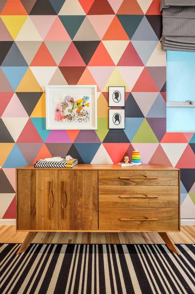 Para esse quarto de bebê cheio de personalidade, a opção foi por uma cômoda de madeira em estilo retrô