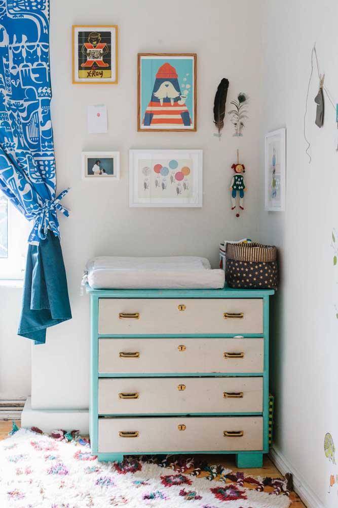Azul, branco e dourado: três cores para valorizar a pequena cômoda do bebê
