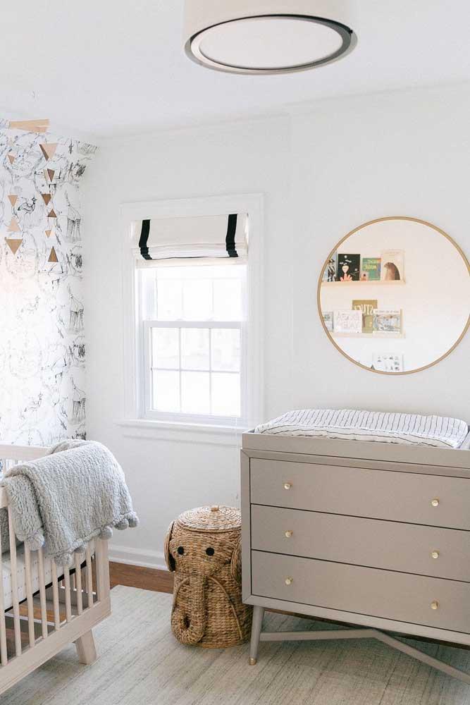 Cômoda para o quarto do bebê cinza: os puxadores dourados são pequenos diferenciais