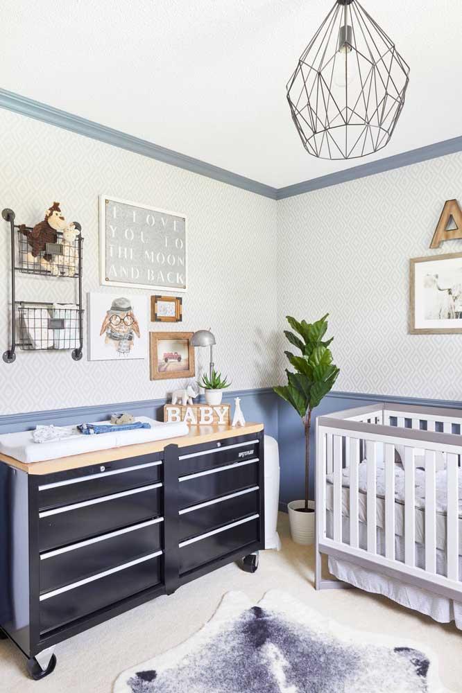 Cômoda para quarto de bebê com rodinhas: prático, mas é preciso tomar cuidado para manter as rodinhas sempre travadas após o uso